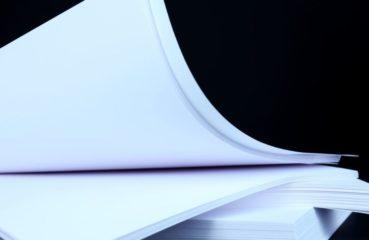 białe kartki na czarnym tle