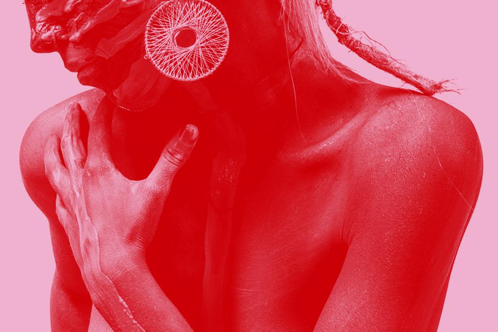 kobieta na czerwonym tle
