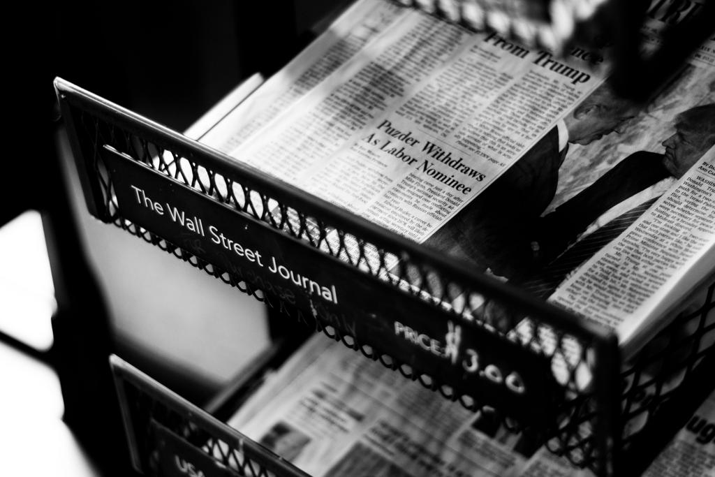 gazety firmowe na stojaku